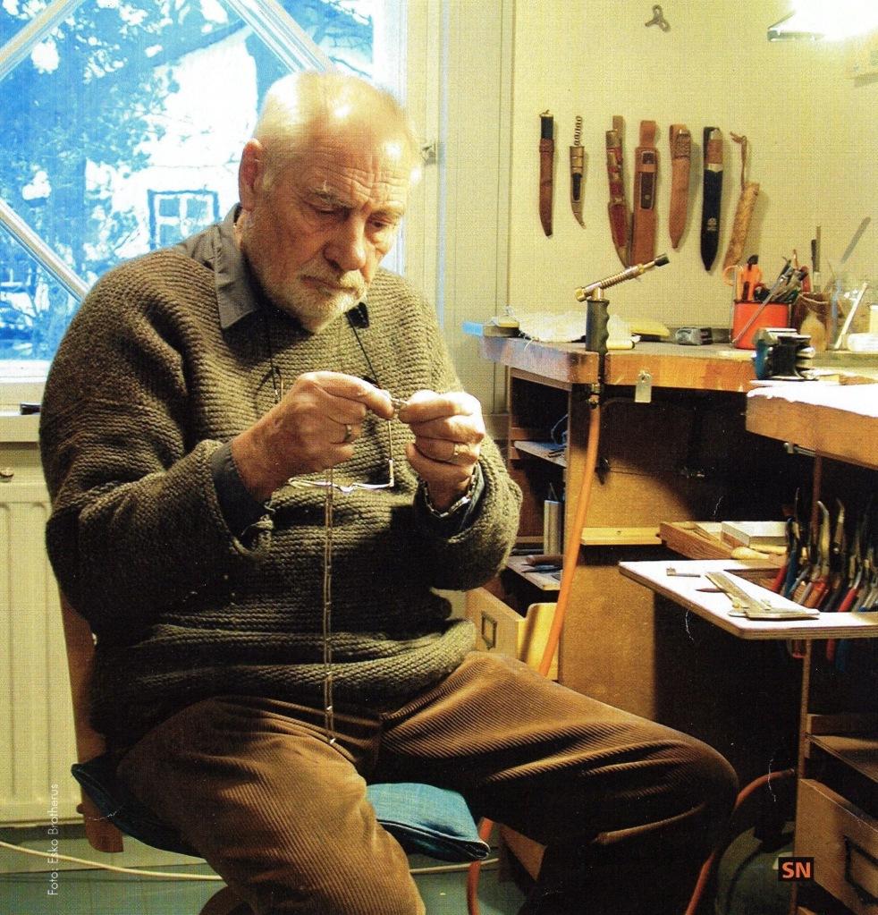 Hopeaseppä Stig Nordman työpöytänsä ääressä Villa Billnäsissä.